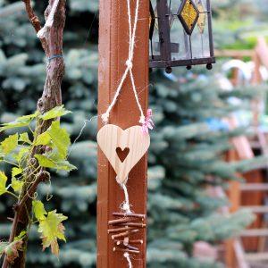 Herzfensterhänger aus Holz